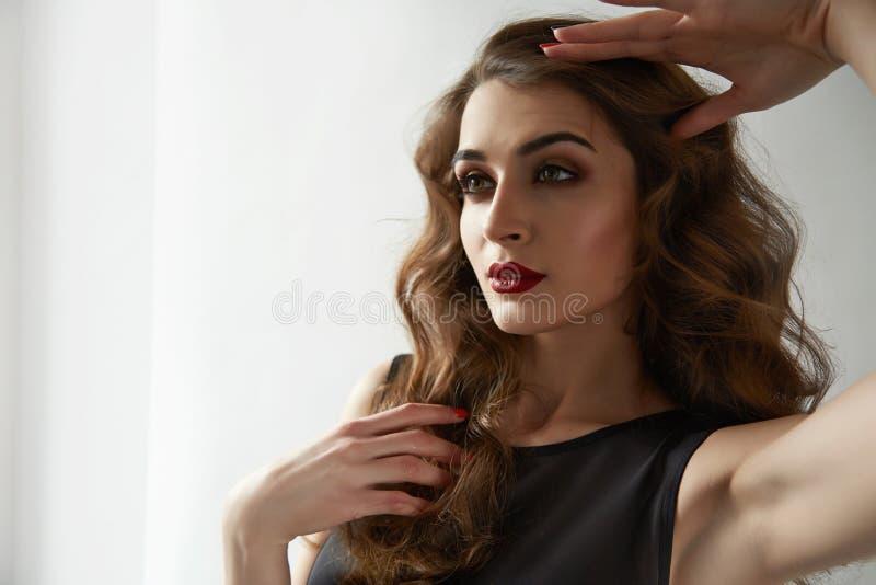 Cosméticos rojos de los ojos azules de los labios de la mujer del maquillaje atractivo hermoso del color fotos de archivo libres de regalías