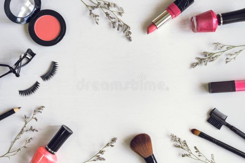 Cosméticos y cepillos del maquillaje foto de archivo