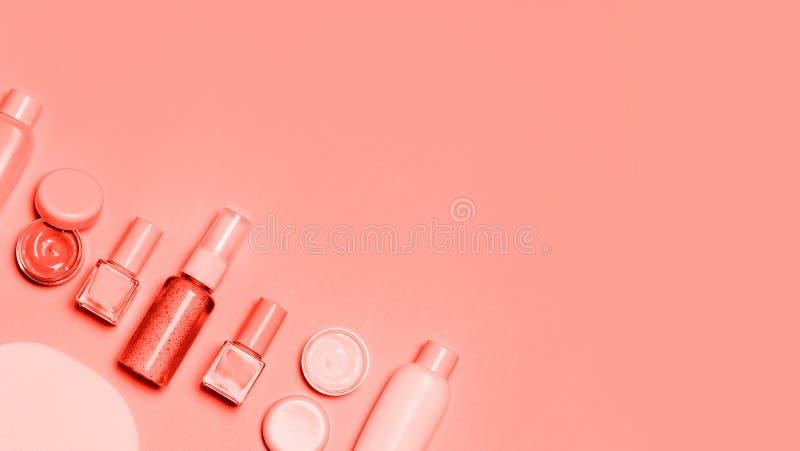 Cosmétique décoratif de corail vivant sur le fond rose image stock
