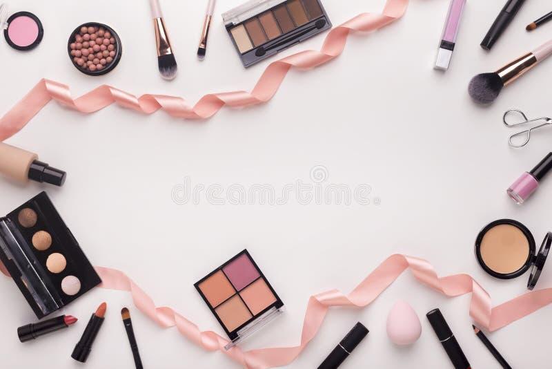 Cosmétique décoratif pour égaliser le maquillage avec le ruban rose photos libres de droits