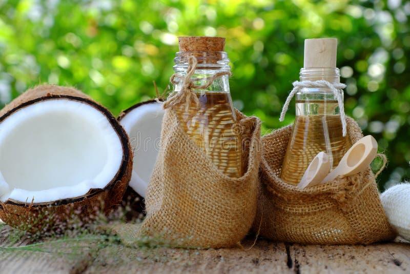 Cosmétique de nature, huile de noix de coco photo stock