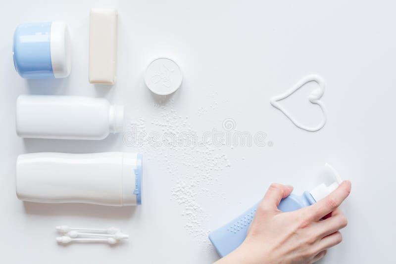 Cosmétique organique de bébé pour le bain sur la vue supérieure de bakground blanc photo stock