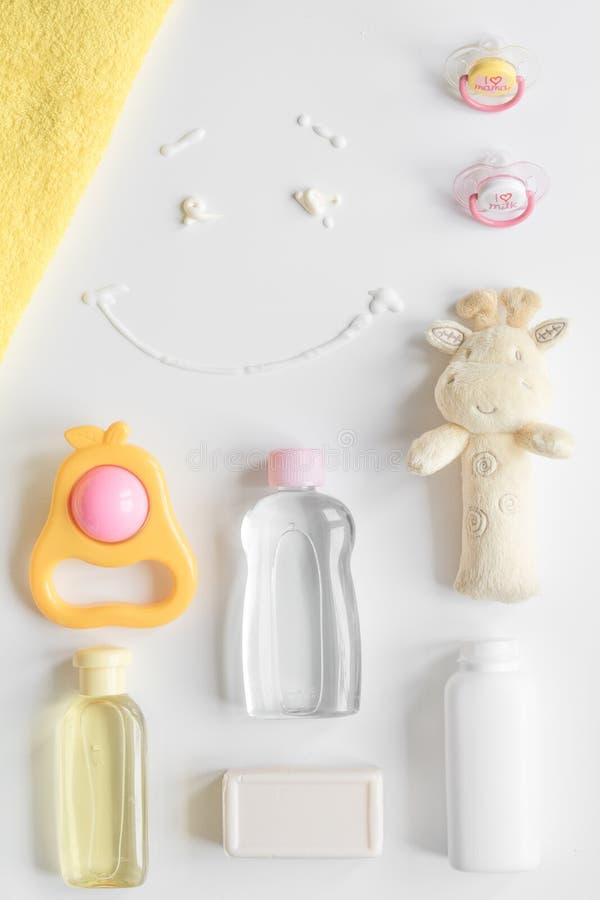 Cosmétique organique de bébé pour le bain sur la vue supérieure de bakground blanc photographie stock libre de droits