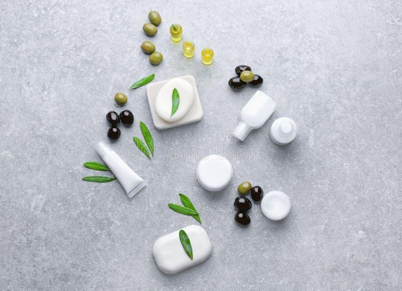 Cosmétiques avec l'extrait d'huile d'olive sur la table photos libres de droits