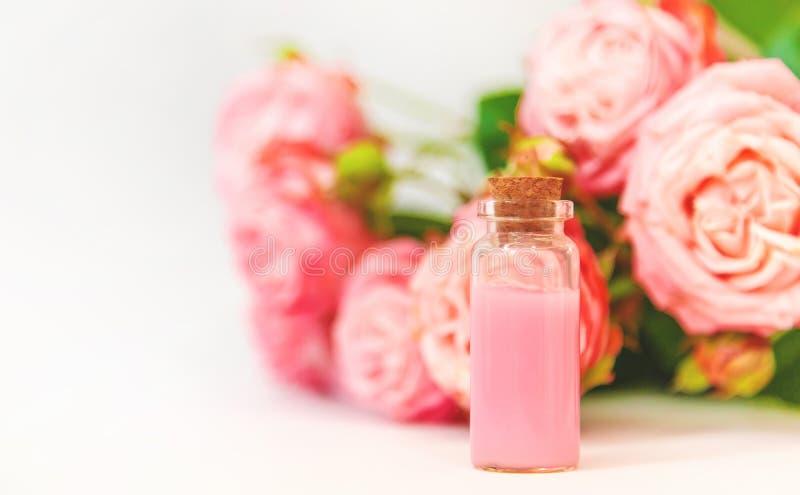 Cosmétiques avec l'extrait rose de fleur Foyer s?lectif images stock