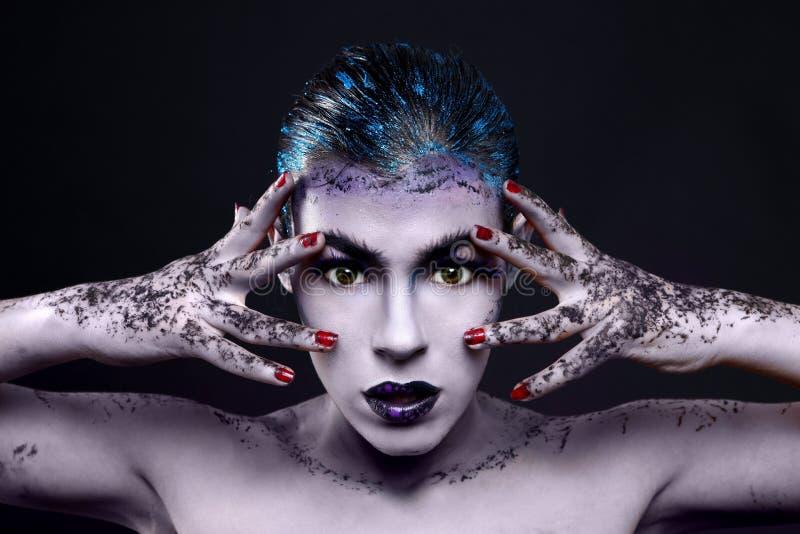 Cosmétiques créatifs sur une belle femme images stock