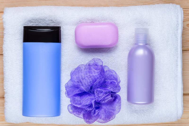cosmétiques de bain sur une serviette éponge photographie stock