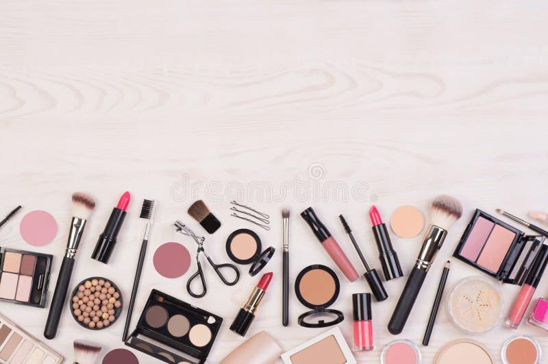 Cosmétiques de maquillage tels que les fards à paupières, le rouge à lèvres, le mascara et les accessoires de maquillage sur le f photographie stock