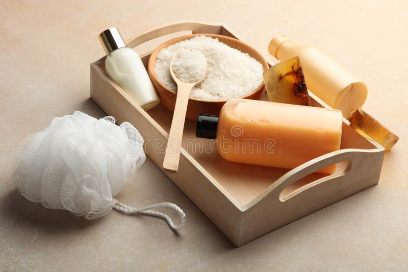 Cosmétiques de soin de corps, sel de mer, gant de toilette et savon fait main naturel photographie stock