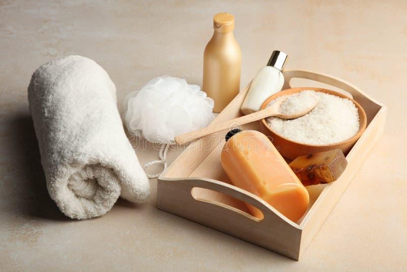Cosmétiques de soin de corps, sel de mer, savon naturel sur le plateau en bois photographie stock libre de droits