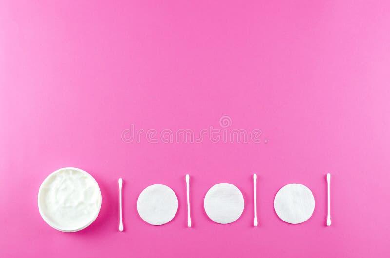 Cosmétiques de soin et accessoires de beauté sur un fond rose photographie stock libre de droits