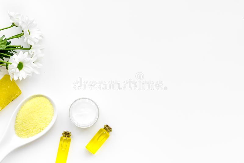 Cosmétiques de station thermale de camomille avec les ingrédients de fines herbes naturels Le sel, le savon, le pétrole et la crè image libre de droits