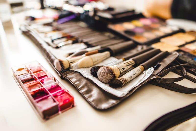 Cosmétiques et brosses de maquillage image stock