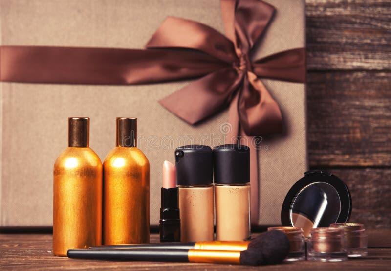 Cosmétiques et cadeau images stock