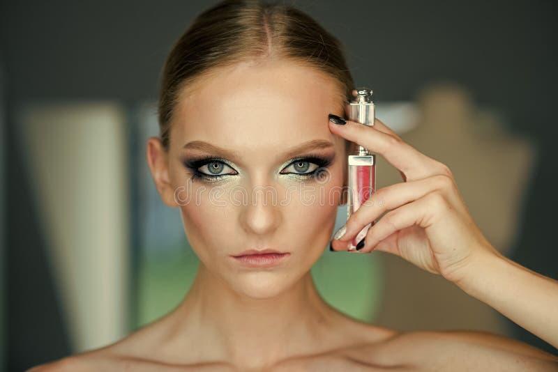 Cosmétiques et publicité de parfum Femme avec le rouge à lèvres, cosmétiques Femme avec le lustre de lèvre, maquillage Modèle de  photos stock