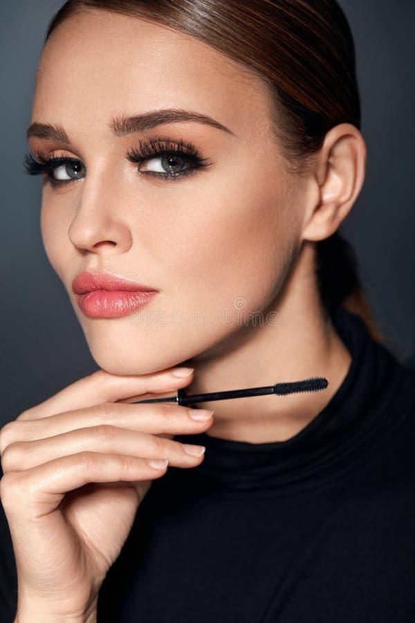 Cosmétiques Fille avec le maquillage parfait, les longs cils et le mascara photographie stock libre de droits
