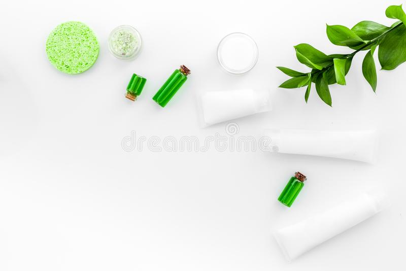 Cosmétiques hypoallergéniques de hydrater pour le soin de visage Lotion, crème, huile sur l'espace blanc de vue supérieure de fon images libres de droits