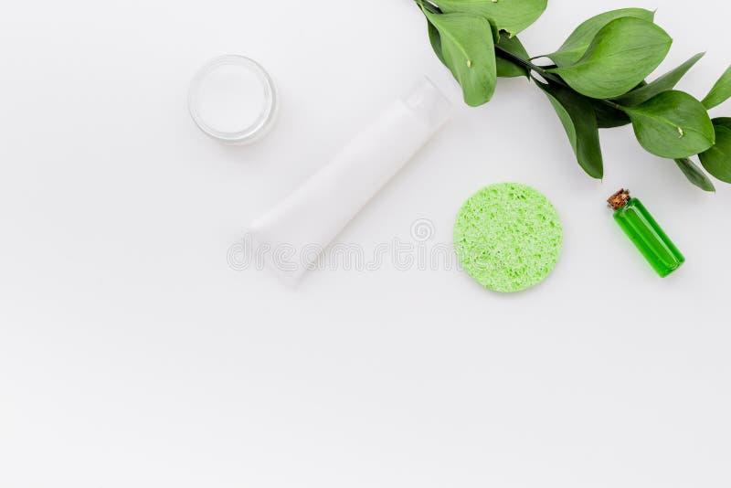 Cosmétiques hypoallergéniques de hydrater pour le soin de visage Lotion, crème, huile sur l'espace blanc de vue supérieure de fon photos libres de droits