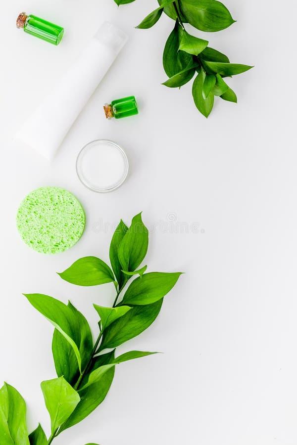 Cosmétiques hypoallergéniques de hydrater pour le soin de visage Lotion, crème, huile sur l'espace blanc de vue supérieure de fon images stock