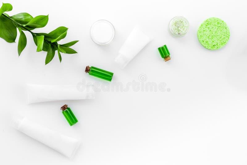 Cosmétiques hypoallergéniques de hydrater pour le soin de visage Lotion, crème, huile sur l'espace blanc de vue supérieure de fon photos stock