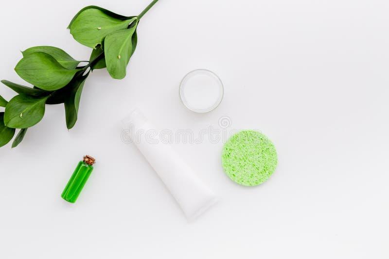 Cosmétiques hypoallergéniques de hydrater pour le soin de visage Lotion, crème, huile sur l'espace blanc de vue supérieure de fon image stock
