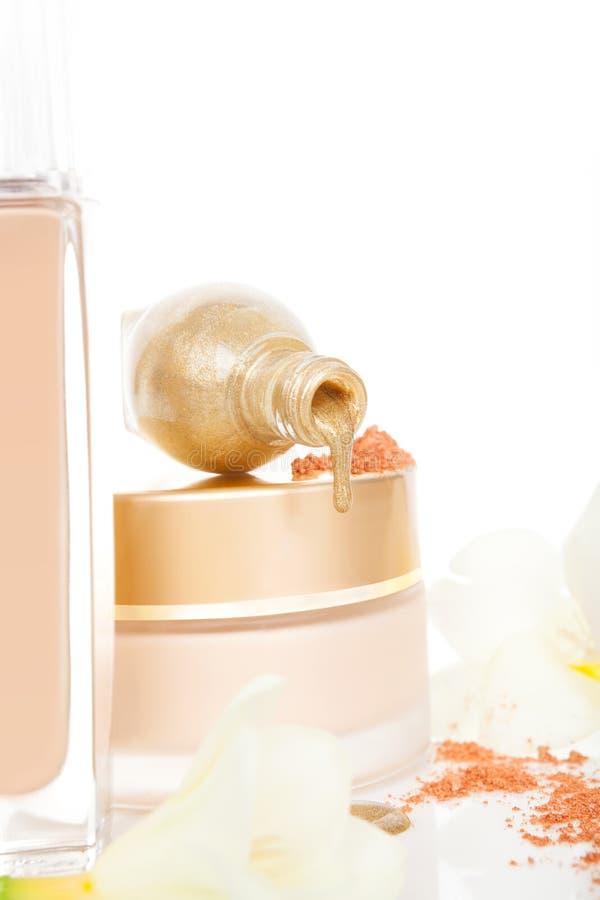 Fond d'or et beige luxueux de cosmétiques. photos stock