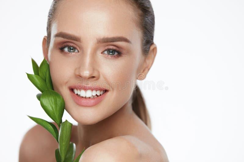 Cosmétiques naturels pour la peau Beau femme avec la peau saine photographie stock libre de droits