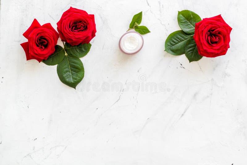Cosmétiques organiques naturels avec l'extrait rose sur le copyspace de marbre blanc de vue supérieure de fond photo libre de droits
