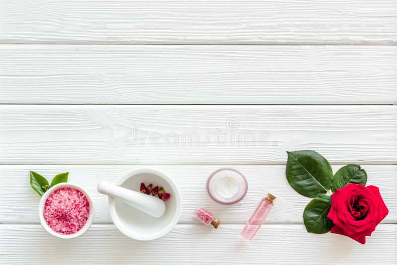 Cosm?tiques organiques naturels avec l'extrait rose sur le copyspace en bois blanc de vue sup?rieure de fond photo libre de droits