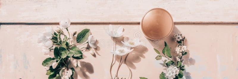 Cosmétiques organiques naturels : sérum, crème, masque sur le fond en bois avec des fleurs Concept de Skincare photos stock