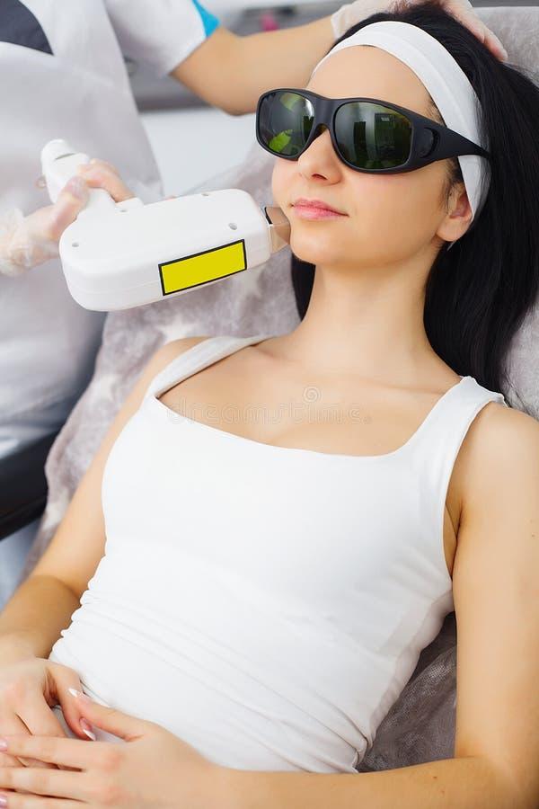 cosmétologie Procédure de Microdermabrasion Exfoliation mécanique, polissage de diamant Modèle et docteur Clinique de Cosmetologi photo libre de droits