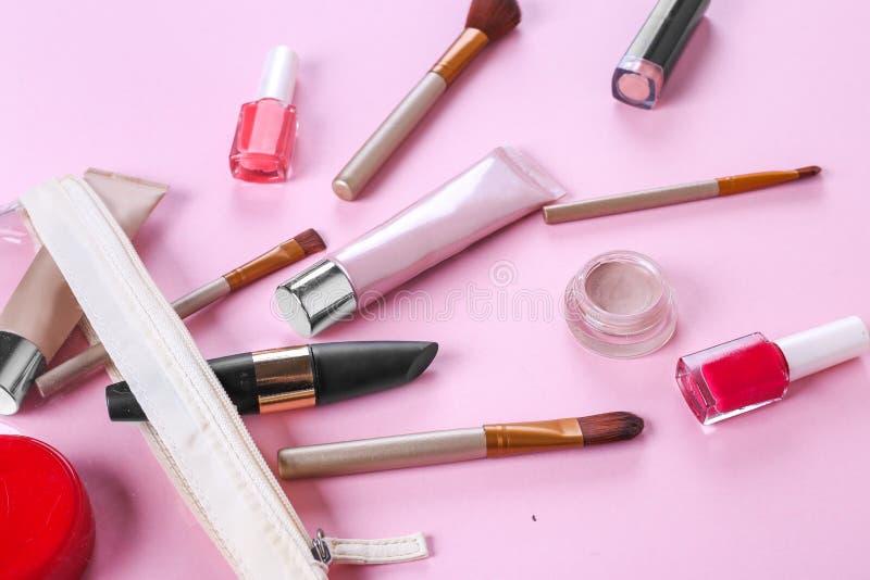 Cosm?ticos profesionales del maquillaje en fondo rosado foto de archivo libre de regalías