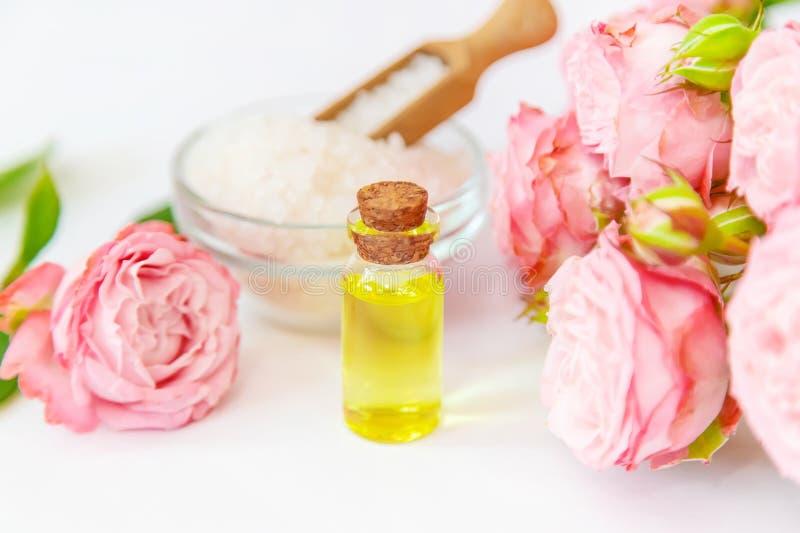 Cosm?tiques avec l'extrait rose de fleur Foyer s?lectif image stock