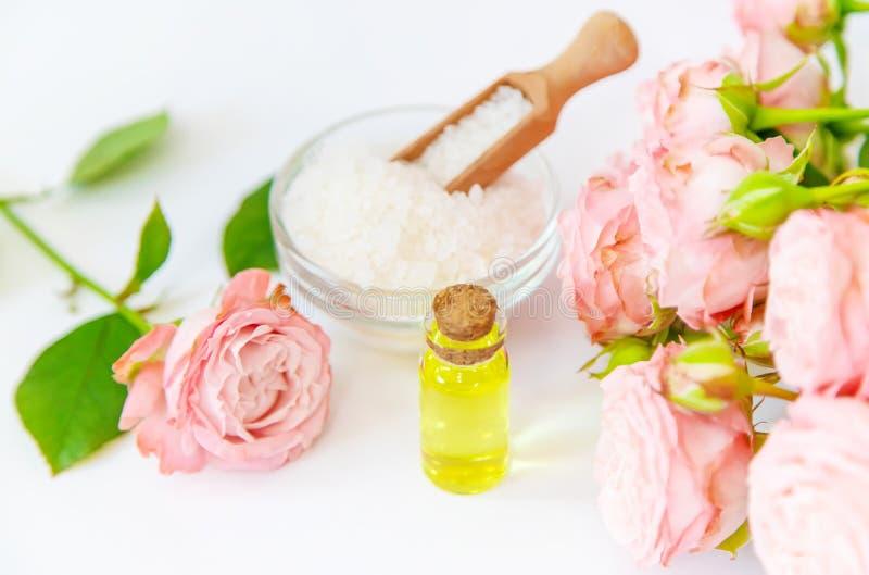 Cosm?tiques avec l'extrait rose de fleur Foyer s?lectif images stock