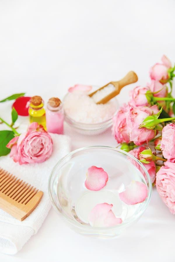 Cosm?tiques avec l'extrait rose de fleur Foyer s?lectif image libre de droits