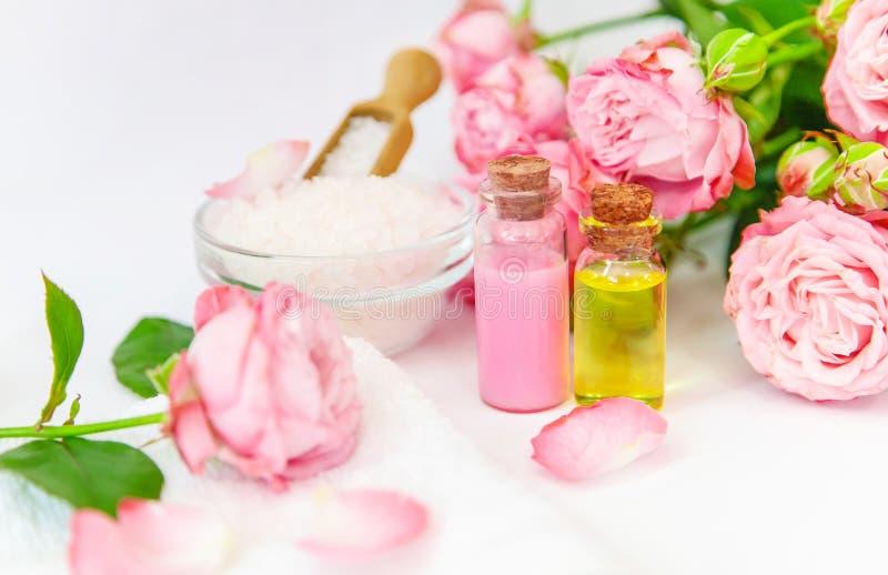 Cosm?tiques avec l'extrait rose de fleur Foyer s?lectif photo stock
