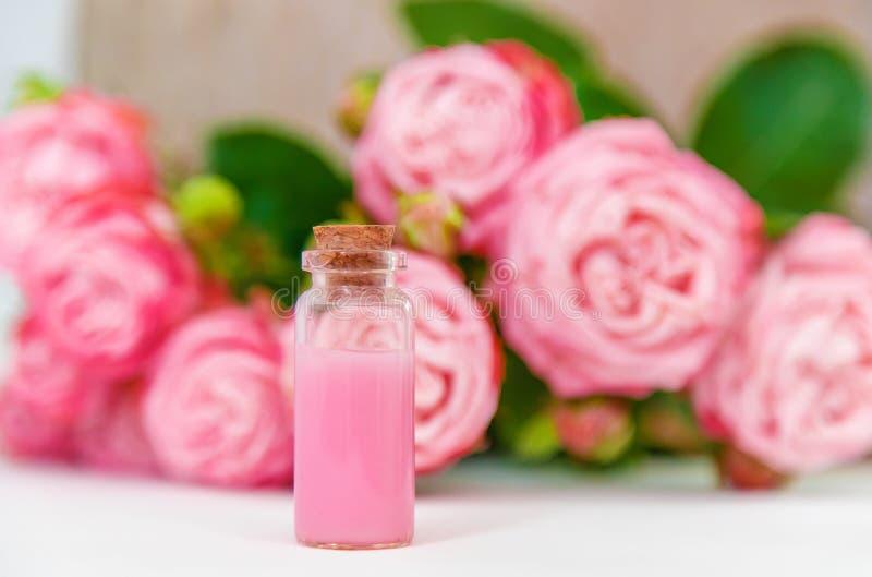Cosm?tiques avec l'extrait rose de fleur Foyer s?lectif images libres de droits