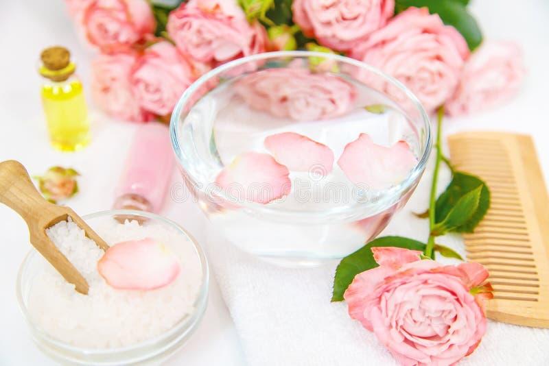 Cosm?tiques avec l'extrait rose de fleur Foyer s?lectif photos stock