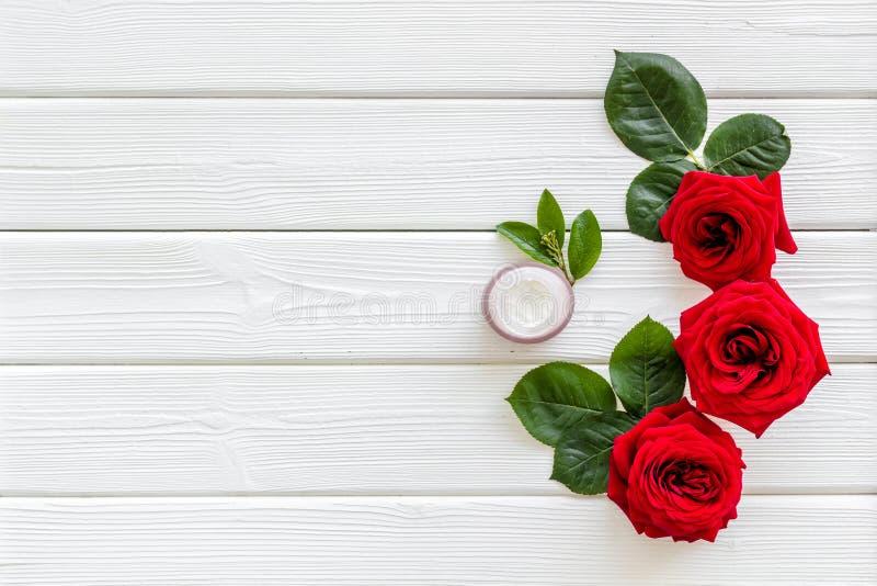 Cosm?tiques organiques naturels avec l'extrait rose sur le copyspace en bois blanc de vue sup?rieure de fond image libre de droits
