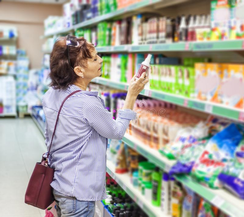 Cosmet бытовых устройств тензидов европейского клиента женщины покупая стоковые изображения rf