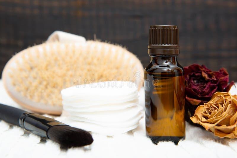 Cosmetici botanici aromatici La miscela secca dei fiori delle erbe, corpo sfrega la spazzola, oli Incisione di erbe olistica di b fotografia stock libera da diritti
