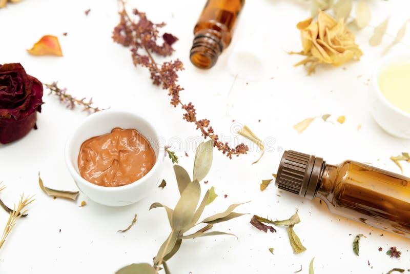 Cosmetici botanici aromatici Miscela secca dei fiori delle erbe, maschera facciale dell'argilla del fango, oli, applicanti spazzo fotografia stock