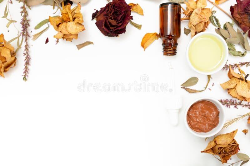 Cosmetici botanici aromatici Miscela secca dei fiori delle erbe, maschera facciale dell'argilla del fango, oli, applicanti spazzo fotografie stock