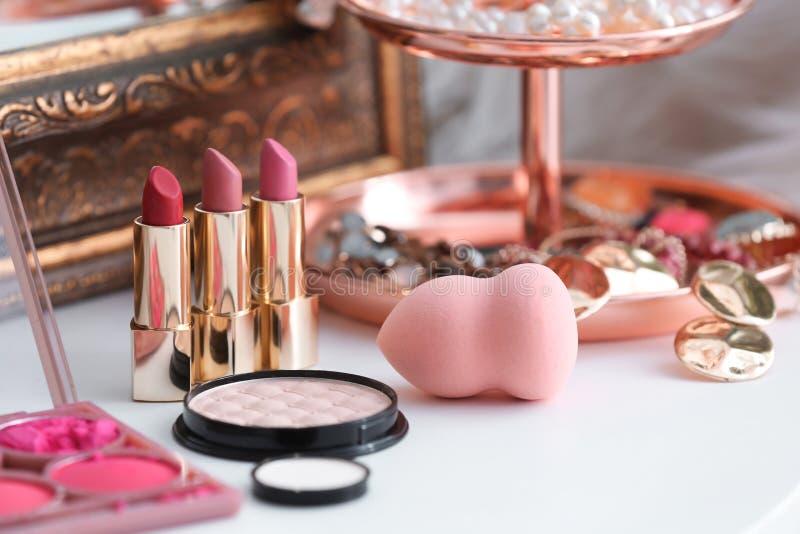 Cosmetici decorativi sulla tavola di condimento fotografie stock libere da diritti