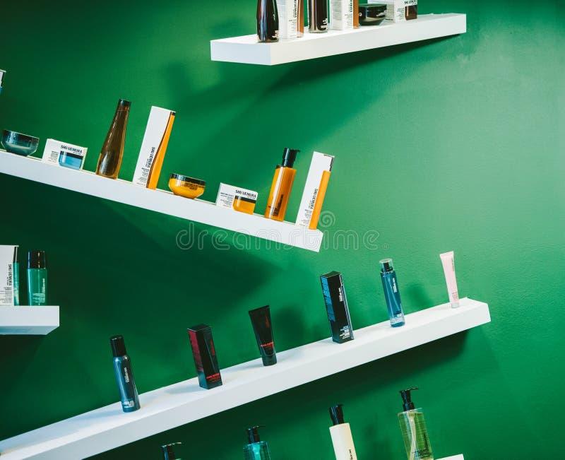 Cosmetici di Shu Uemura sistemati nello stile eclettico moderno immagine stock