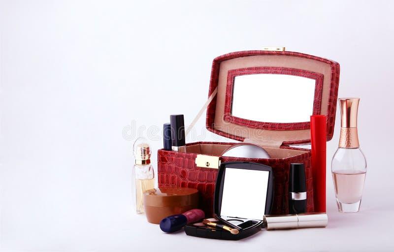 Cosmetici e profumi decorativi per trucco immagini stock