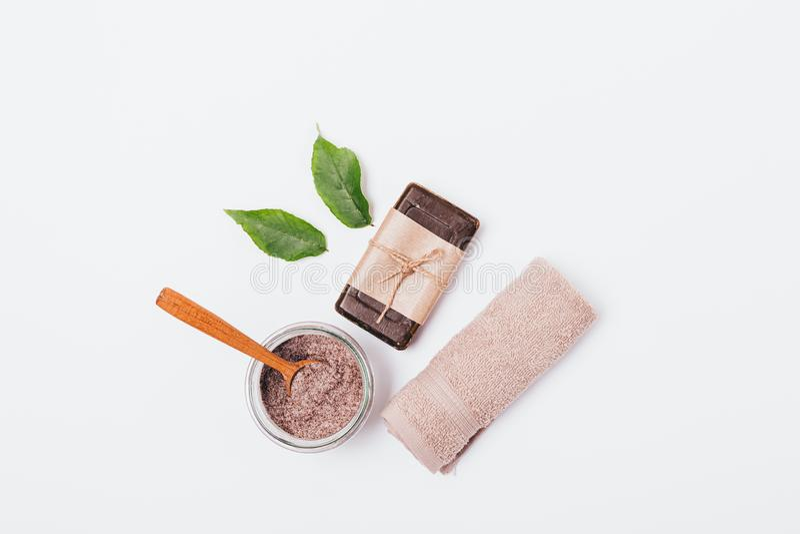 Cosmetici naturali per la pulizia e lo sfaldamento della pelle fotografie stock