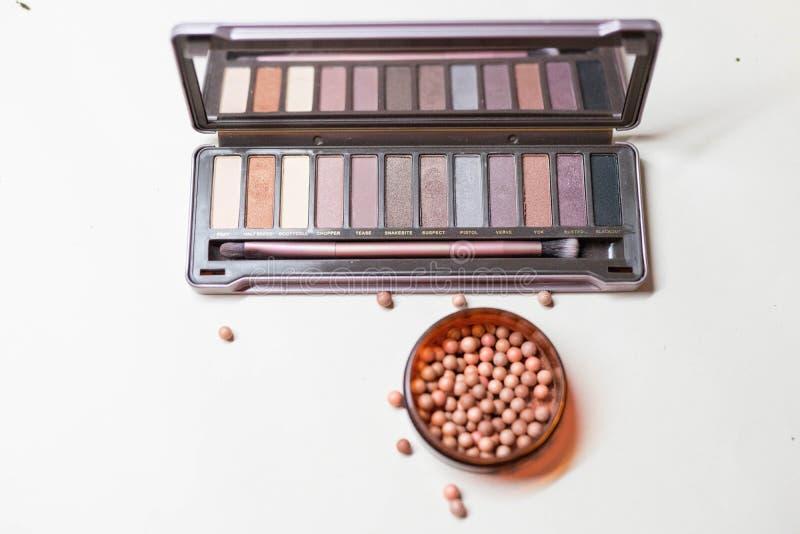 Cosmetici: ombretto e polvere con una spazzola fotografia stock libera da diritti