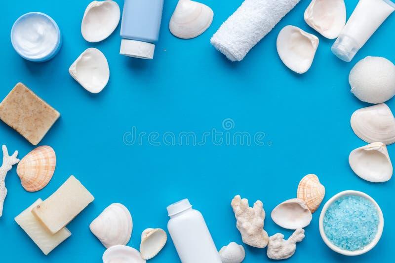 Cosmetici organici della stazione termale, crema, lozione, sale, sapone con i minerali del mar Morto sullo spazio posto piano del fotografia stock libera da diritti