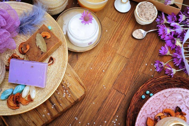 Cosmetici organici fatti a mano di disposizione piana: crema, sapone dell'artigiano, sale da bagno immagini stock